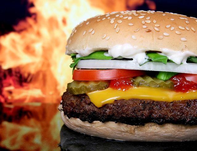 燃えた脂肪と高カロリーハンバーガー