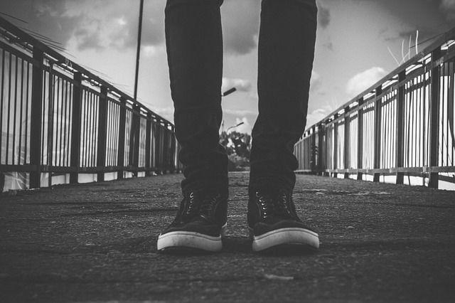 スキニー やせ型の男性の足