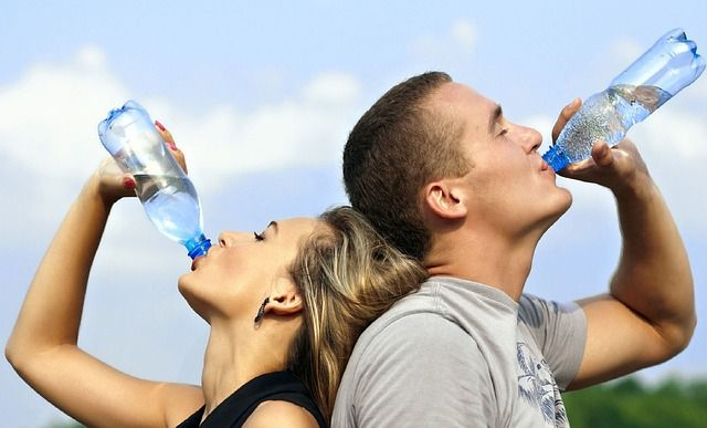 水分補給するカップル
