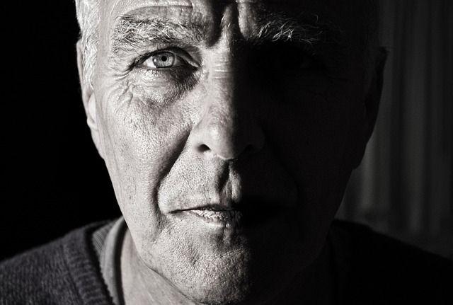 老化で鼻の下が長くなったおじさん