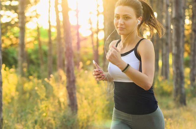 有酸素運動のランニングをする女性