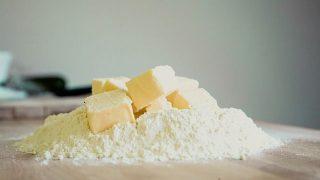パン、ケーキ、ドーナツの材料の小麦とバター