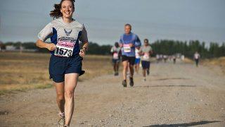 楽しいマラソンの女性