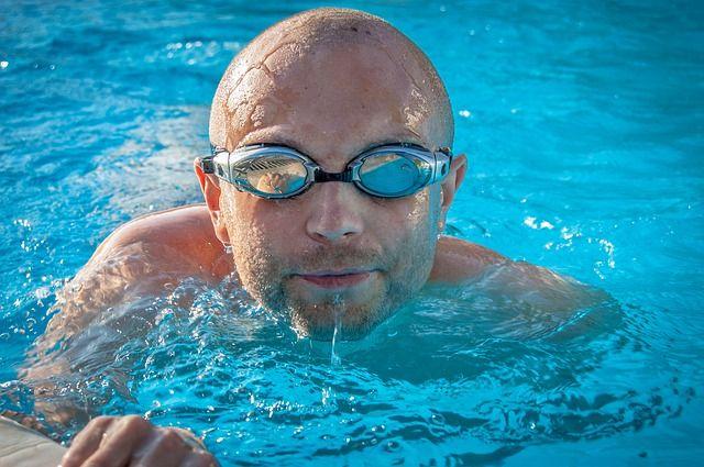水泳でゴーグルをつけたハゲ男性